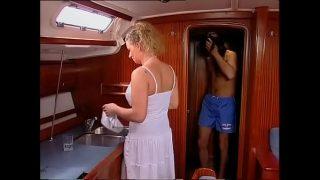 A iesit pe mare cu barca dar si-a luat si o pizda blonda pe care sa o futa in cur